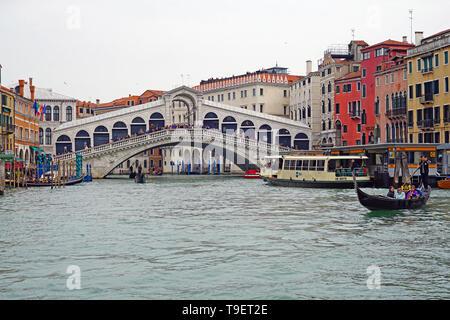 Venedig, Italien - 8 Apr 2019 - Blick auf das Wahrzeichen Ponte di Rialto Brücke über den Canal Grande in Venedig. Umfangreiche Restaurierung und Reparaturen wurden finishe - Stockfoto