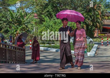 Junges Paar an der Bogyoke Park in Yangon - Stockfoto