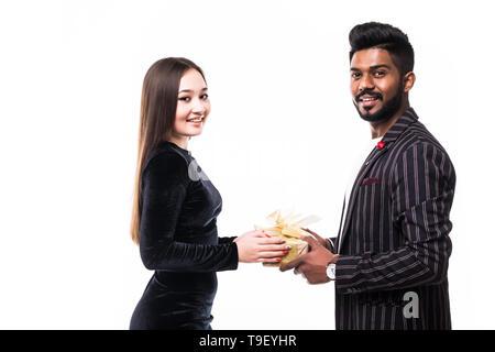Asiatische junge fröhliche stattlich und schönes Paar, auf weißem Hintergrund - Stockfoto