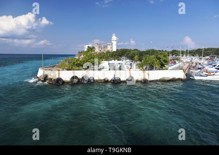 Puerto de Abrigo Segelschiff Marina und Leuchtturm über blaue karibische Meer Küste auf der tropischen Insel Cozumel Mexiko Waterfront - Stockfoto