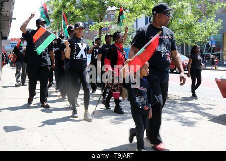 New York, NY, USA. 19. Mai, 2019. Bewohner der historischen Viertel in New York City feierte das Leben und das Vermächtnis von Malcolm X, die Afro-amerikanische moslemische Ministerin und Menschenrechtsaktivistin, die in der Nachbarschaft 1965 mit einer Kundgebung und März ermordet wurde durch die Straßen von Harlem am Sonntag, 19. Mai 2019, Kennzeichnung der 94. Jahrestag der Geburt des El Hajj Malik El Shabazz und für die Einstellung aller kommerziellen Aktivitäten von Stores und Straßenhändler drängte für drei (3) Stunden in der Nachbarschaft. © 2019 G. Ronald Lopez/Alamy leben Nachrichten - Stockfoto