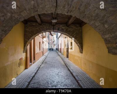 Farbenfrohe Gebäude in einer kleinen Gasse in der Altstadt von Jaca, Huesca, Aragón, Spanien