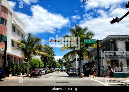 Miami Beach, Florida, USA - Mai 05, 2013: Blick entlang der berühmten Ferienhäuser und touristische Lage an der Kreuzung der Collins Avenue und der 11. Straße im Stadtteil - Stockfoto