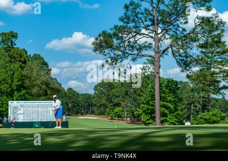 Southern Pines, North Carolina, USA. 19 Mai, 2019. Mai 19, 2019 - Southern Pines, North Carolina, USA - DANIELLE AMMACCAPANE von Phoenix, Arizona Schläge auf dem Grün während der Endrunde, die von der USGA 2 U.S. Senior Frauen Offene Meisterschaft im Pine Needles Lodge and Golf Club, 19. Mai 2019 in Southern Pines, North Carolina. HELEN ALFREDSSON von Schweden gewann mit einem abschließenden Umlauf von 72, kardierte 285 insgesamt für das Turnier. Credit: Timothy L. Hale/ZUMA Draht/Alamy leben Nachrichten - Stockfoto