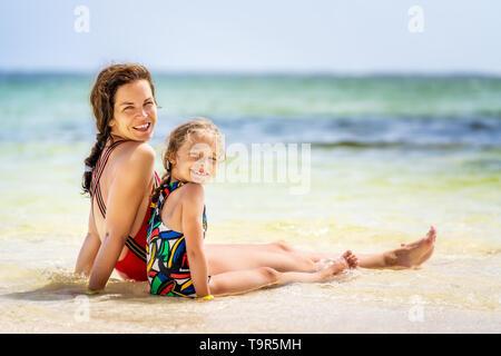 Junge Mutter und Tochter genießen den Strand in der Dominikanischen Republik - Stockfoto