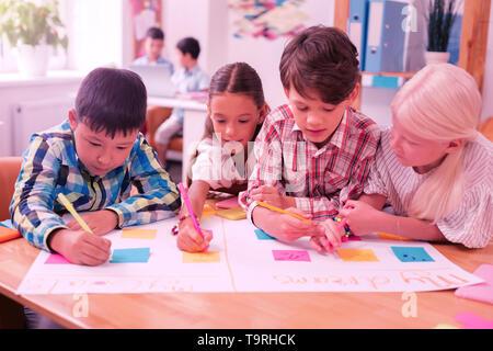 Mitschüler machen Schule das Projekt, über Ihre Träume. - Stockfoto
