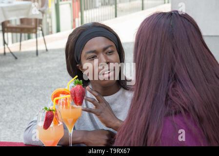 Gruppe von jungen Studenten weiblich eine selfie beim Trinken Aperitif - Stockfoto