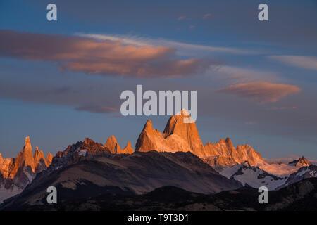 Erstes Licht bei Sonnenaufgang auf der Fitz Roy Massiv einschließlich Mount Fitz Roy und Cerro Torre. Los Glaciares Nationalpark in der Nähe von El Chalten, Argentinien. Ein U - Stockfoto
