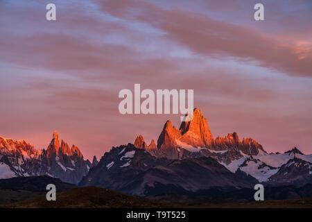 Erstes Licht auf dem Berg Fitz Roy im Nationalpark Los Glaciares in der Nähe von El Chalten, Argentinien. Ein UNESCO-Weltkulturerbe im Patagonia region Sout - Stockfoto