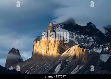 Sonnenuntergang leuchtet auf der Westseite des Monte Almirante Nieto in der Paine Massivs im Torres del Paine Nationalpark, einem UNESCO-Biosphäre Reserv - Stockfoto