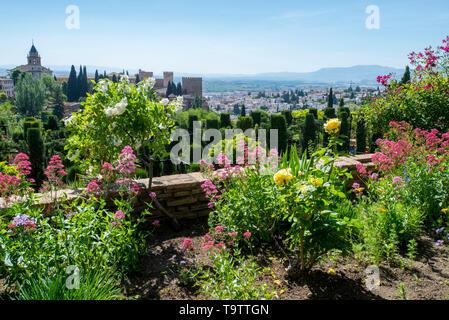Die Alhambra von den Gärten der Nasriden Palace gesehen. - Stockfoto