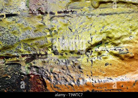 Detaillierte clöse, Oberfläche von bunten abblätternde Farbe auf verwitterte Betonwände gesprüht - Stockfoto