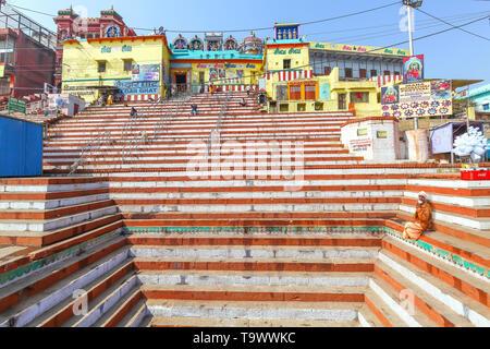 Alte hinduistische Tempel in Varanasi Indien mit lange steile Treppe. Hinduistischen Mönch sadhu sitzen auf der Treppe des Tempels