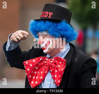Ein Clown in die Victoria Day Parade am 20. Mai 2019 in Victoria, British Columbia, Kanada. - Stockfoto