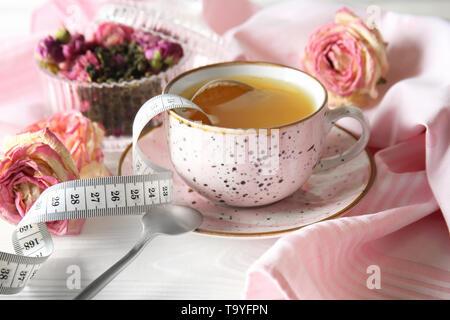Tasse Tee für Gewichtsverlust auf Tabelle - Stockfoto