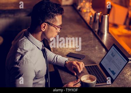 Freelancer Arbeiten am Laptop und trinken Kaffee - Stockfoto