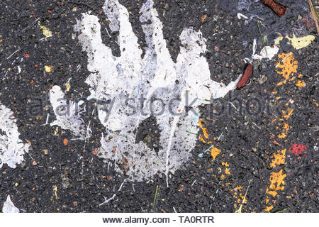Abstract Schwarzer Hintergrund Spuren von Farbe auf Asphalt Nahaufnahme Makro Fotografie - Stockfoto