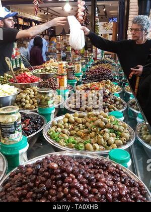 Mann kaufen Oliven in Sarona Food Market, Tel Aviv - Stockfoto