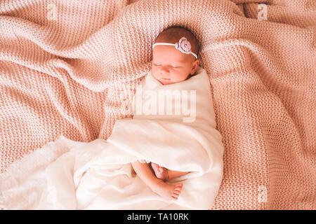 Süße Baby Mädchen schlafen im Bett Nahaufnahme. Guten Morgen. Kindheit. - Stockfoto