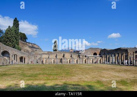 Vesuv über die freigelegten Ruinen der Trainingsplatz ist der Gladiator in Pompeji die antike römische Stadt in der Nähe von Neapel in der Region Kampanien - Stockfoto