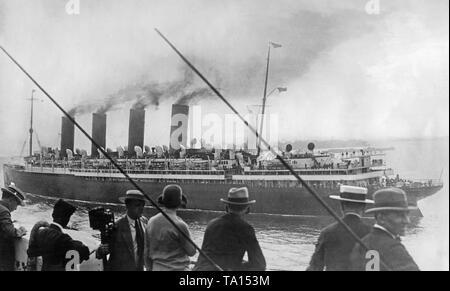 """Der cunard Ocean Liner 'Mauretania' führt an der Freiheitsstatue. Das Bild wurde von der White Star Line Schiff """"Homeric"""" übernommen. - Stockfoto"""