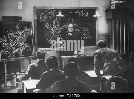 """Schule Szene aus dem Film """"Der Blaue Engel"""" (Regie: Josef von Sternberg) mit Schauspieler Emil Jannings als Professor Immanuel Rath. - Stockfoto"""