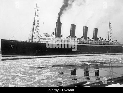 Der cunard Ocean Liner 'Mauretania' kommt mit 50 Seeleute aus dem Ovidia, ein schwedisches Frachtschiff, dass im Nordatlantik versank gerettet. - Stockfoto