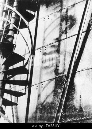Der Blitz der die Atombombe Explosion hat der Schatten einer Wendeltreppe in eine eiserne Wand links.