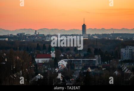 Panorama Bild von Augsburg Skyline mit Bergen im Hintergrund - Stockfoto