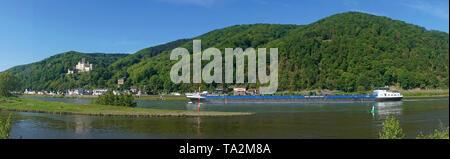 Frachtschiff auf dem Rhein bei Schloss Stolzenfels, neugotische Hangburg bei Koblenz, UNESCO-Welterbe, Oberes Mittelrheintal, Rheinland-Pfalz, English - Stockfoto