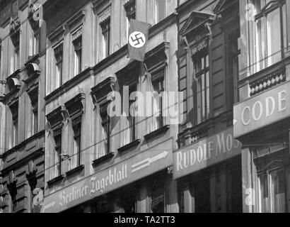 Ein Hakenkreuz Flagge weht auf das Haus des Berliner Tageblatt in der Zimmerstraße, Berlin. Die Zeitung gehörte zu einer Jüdischen Publishing Group. - Stockfoto