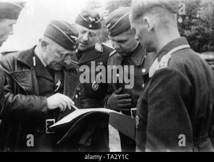 General der Luftwaffe Walter Somme (links), der Kommandant der Luftgaustab z.b.V. 14., bespricht die nächsten Bereitstellung von Bomber auf der westlichen Front mit seinen Offizieren. Foto: kriegsberichterstatter Pebal. - Stockfoto