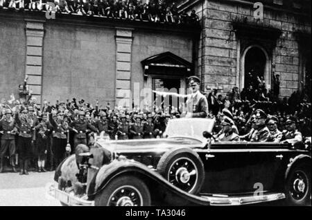 Adolf Hitler im Auto auf dem Weg zu seiner privaten Wohnung nach Gruß Benito Mussolini in München. Auch im Auto, der Fahrer Erich Kempka, Wilhelm Keitel, Franz Ritter von Epp und Adolf Wagner. Im Hintergrund der Wand zum Garten im Innenhof der Residenz am Odeonsplatz. - Stockfoto