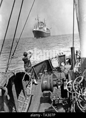 """Die HAPAG Dampfer """"Hamburg"""" in den Hafen von Cuxhaven. An Bord waren die sterblichen Überreste der Opfer der Hindenburg Katastrophe von Lakehurst in der Nähe von New York. - Stockfoto"""