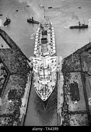 Die RMS-'Mauretania' in einem Dock in London. 1939 Die 'Mauretania' war das größte Schiff, das jemals die Themse gesegelt. - Stockfoto
