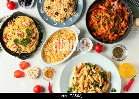 Gerichte mit verschiedenen Pasta auf den Tisch - Stockfoto