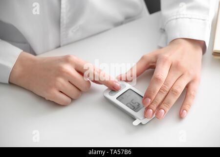 Diabetiker Frau mit digitalen glucometer, Nahaufnahme - Stockfoto