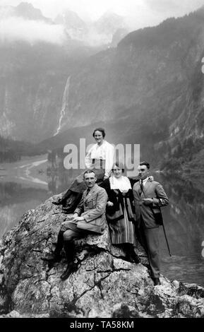 Zwei Paare, Wanderer vor der Rothbach fällt posiert in Schönau am Konigssee, um 1920, Bayern, Deutschland - Stockfoto