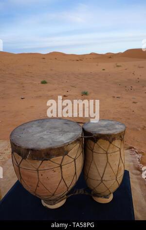 Traditionelle berber Drums, Musik Instrument, bei Sonnenaufgang in den Dünen Erg Chebbi in der Wüste Sahara, Merzouga, Marokko - Stockfoto