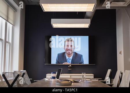 Unternehmer im Video Anklopfen für die Kollegen in Konferenzraum - Stockfoto