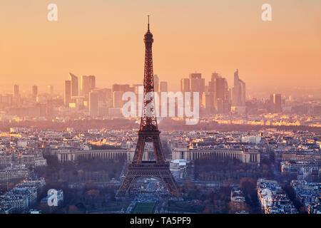 Luftaufnahme von Paris bei Sonnenuntergang - Stockfoto