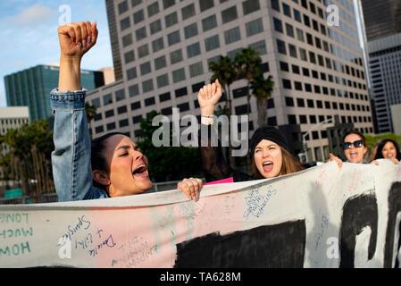 Aktivisten werden gesehen, Parolen und halten ein Banner während des Protestes. Frauenrechtlerinnen protestierten gegen Einschränkungen der Abtreibungen nach Alabama die restriktivste Abtreibung verbietet in den USA weitergegeben. Ähnliche Stop die Verbote Aktionstag für das Recht auf Schwangerschaftsabbruch Kundgebungen im ganzen Land abgehalten wurden. - Stockfoto