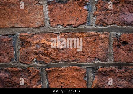Schmutz Mauer. Die Fertigung der alten Ziegelsteine - Stockfoto