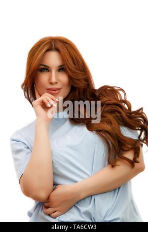 Junge schöne rothaarige Frau in Blau T-Shirt auf weißem Hintergrund isoliert - Stockfoto