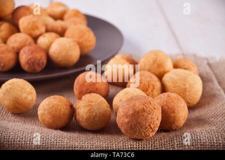 Kleine Kugeln von frisch gebackenem hausgemachte Hüttenkäse Donuts auf die Jute Serviette - Stockfoto