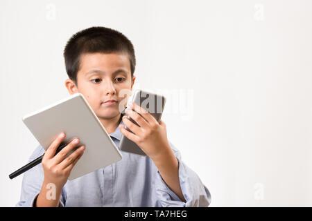 Junge seinen Vatis shirt vorgibt, Geschäftsmann mit digitalen Geräten und Stift zu tragen. Kindheit Bildung, Lernen spielen Konzept Bild mit kopieren - Stockfoto