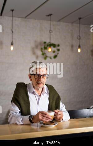 Älterer Mann mit einer Tasse Kaffee in der Bar - Stockfoto
