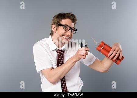 Gerissen Geschäftsmann Holding leichter und Dynamit auf grauem Hintergrund - Stockfoto