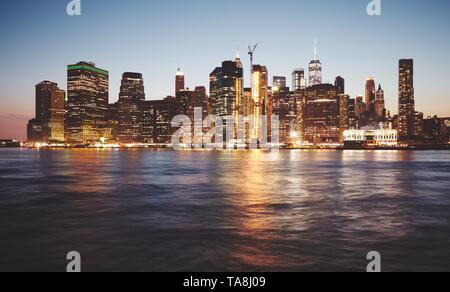 New York City bei Dämmerung, Farbe getonte Bild, USA. - Stockfoto