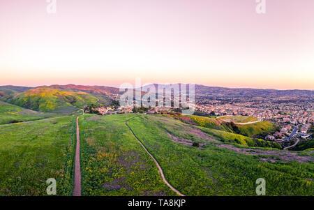Einen warmen Sonnenuntergang über unbefestigte Wanderwege im Bereich der Senf. Bild aus einer Höhe von 90 Metern von einem aeiral Drohne erfasst - Stockfoto